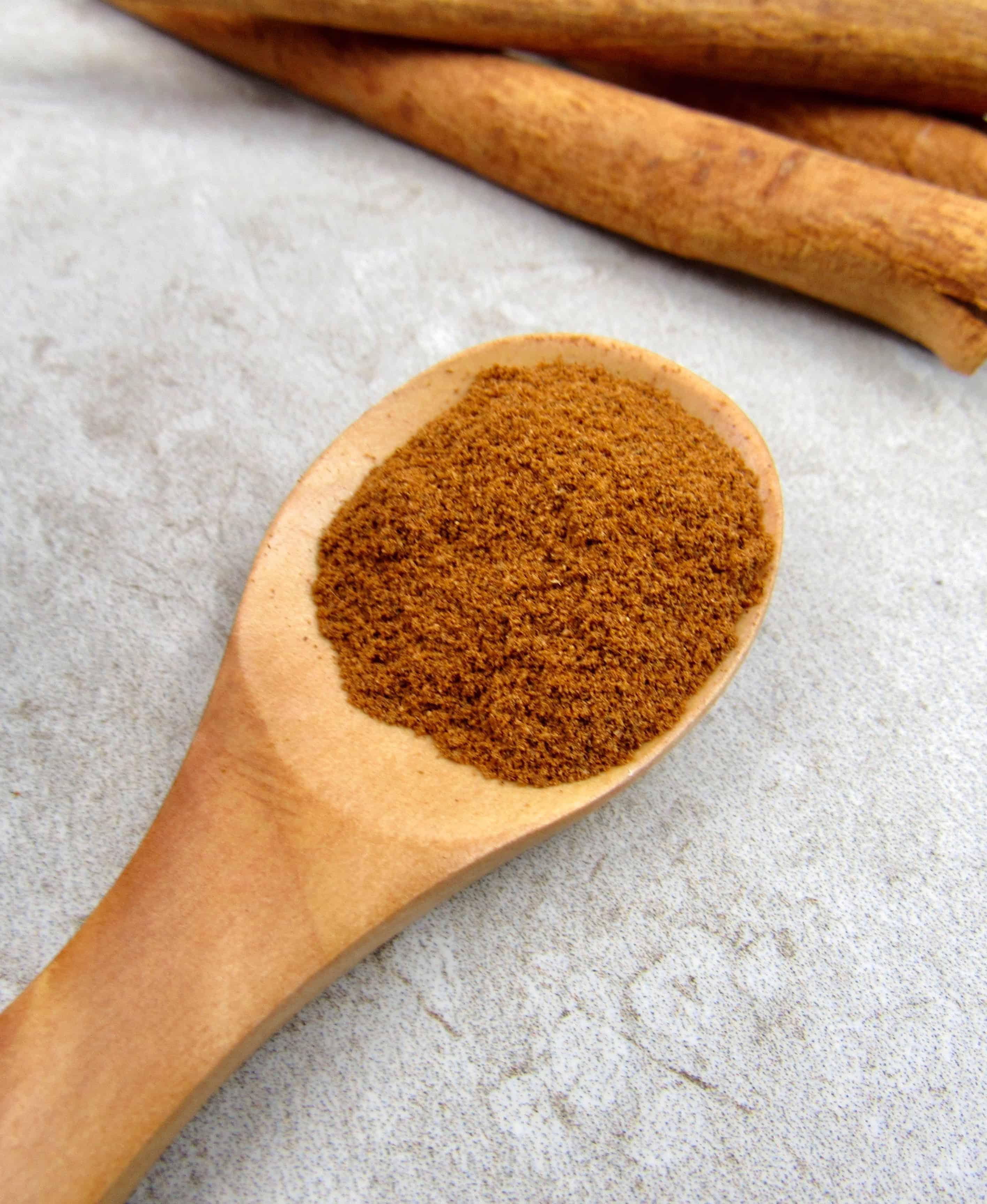 apple pie spice in wooden spoon