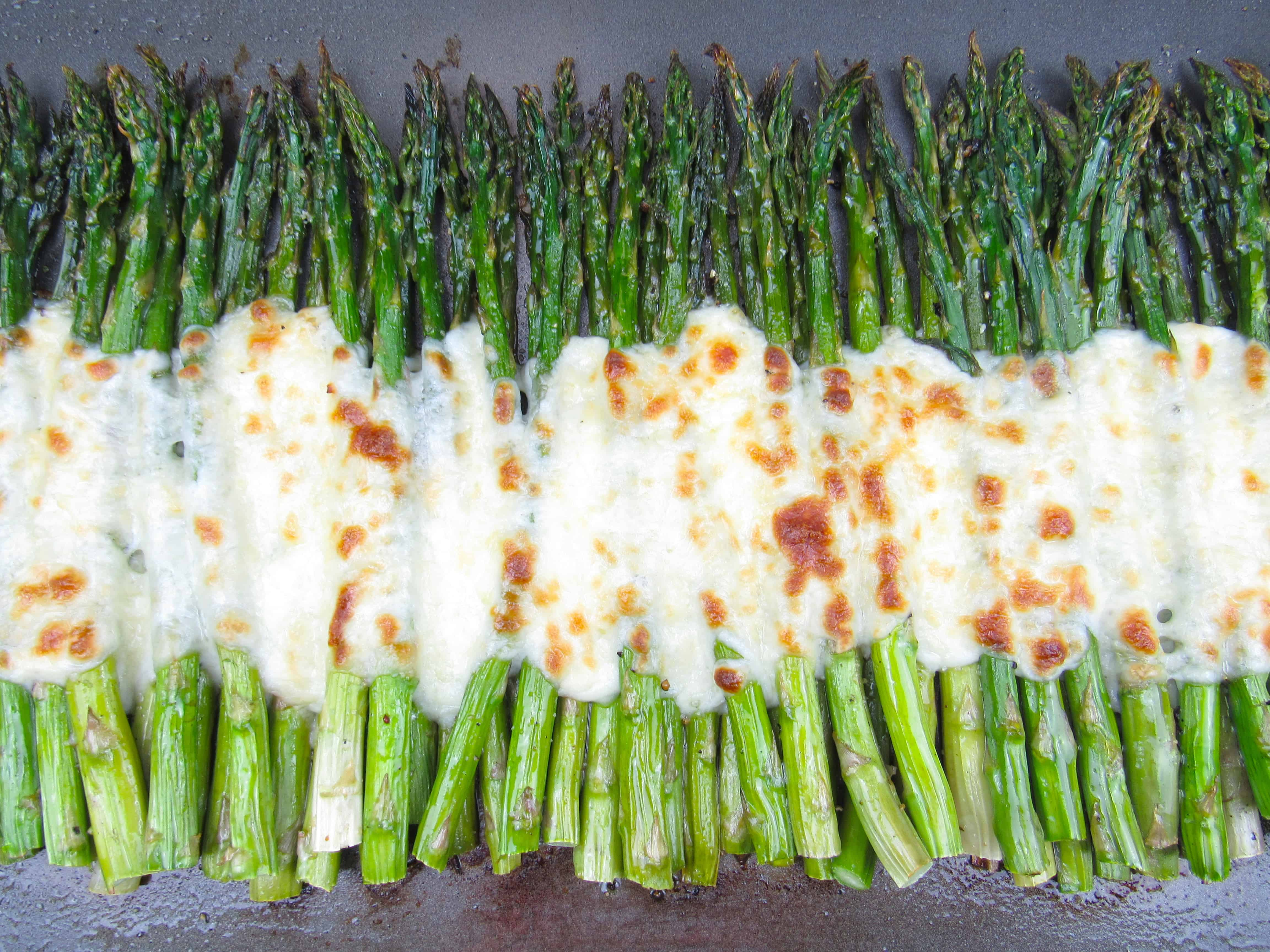 Asparagus with melted mozzarella cheese